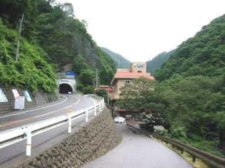 1992年2月9日・母を連れて行った、美霞洞温泉に向かう山奥の道で、やっと見つけた温泉本館