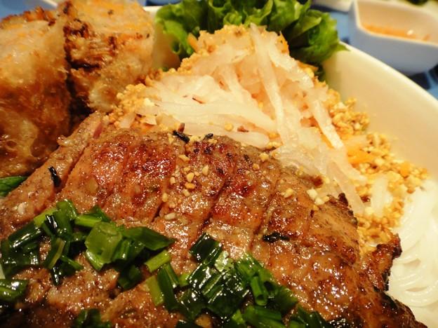 茂名路 越南料理の肉と春巻きとフォーの丼の肉
