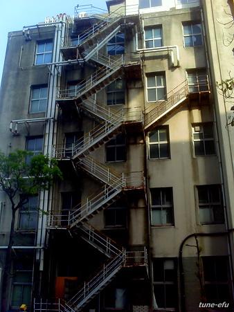 外階段のあるビル
