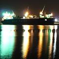 夜間作業中の大型船