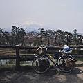 写真: 弘前城より岩木山を望む