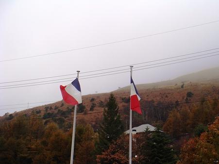 たなびく国旗