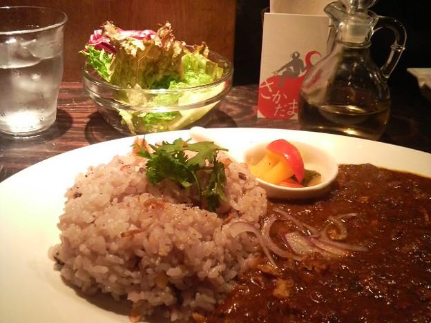 写真: さかだま@御苑にてさかだまカレーなう♪にんにく酢で食べるカレーに食...