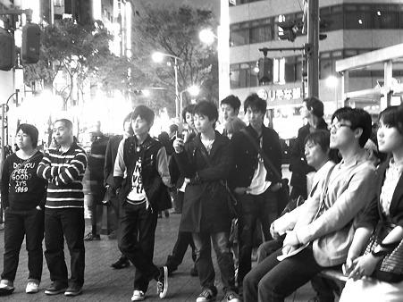 森恵さん街頭ライブに聴き入る人々