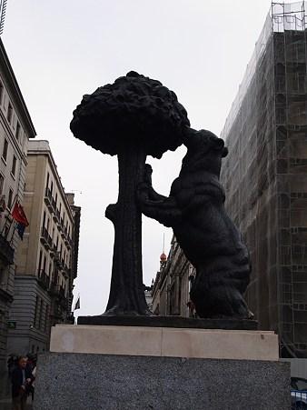 「熊とマドロニョの像」