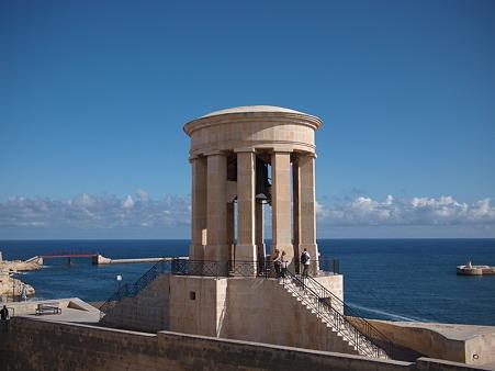 海風に揺れる鐘