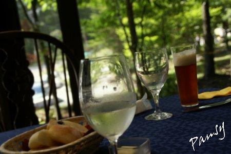 地ビールとワインのあるテーブル・・