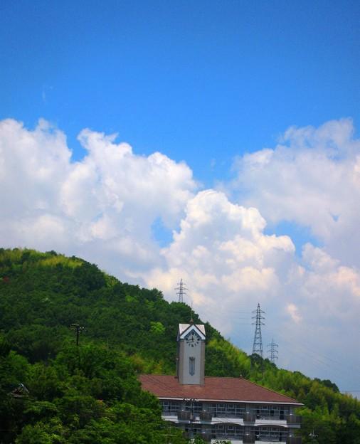 初夏、新緑の竜王山に夏雲輝く