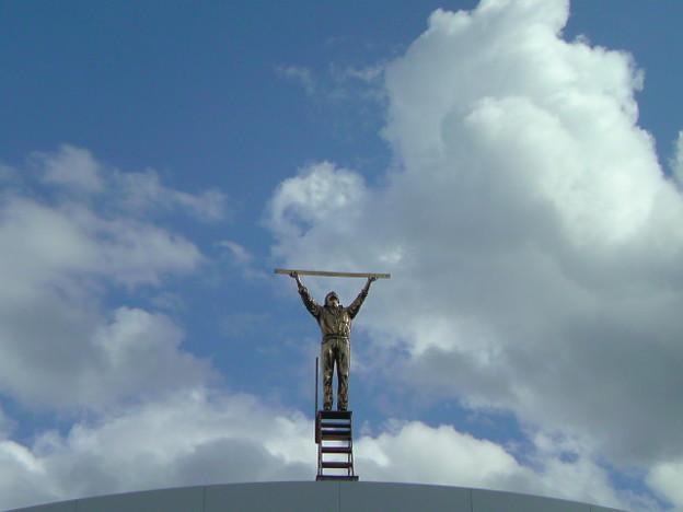 写真: 椅子に揺られながらヤン・ファーブルの『雲を測る男』を仰ぐ。今日の...