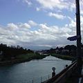 写真: 昨夜からの雨で増水中の犀川の流れ。山錦楼から三味線の音がもれてい...