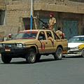 写真: イエメン 車と機関銃