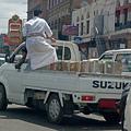 写真: イエメン 車とイエメン人