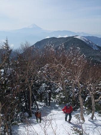 富士山を背負い登る